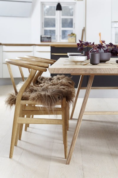 Plankebord med træben og y-stole