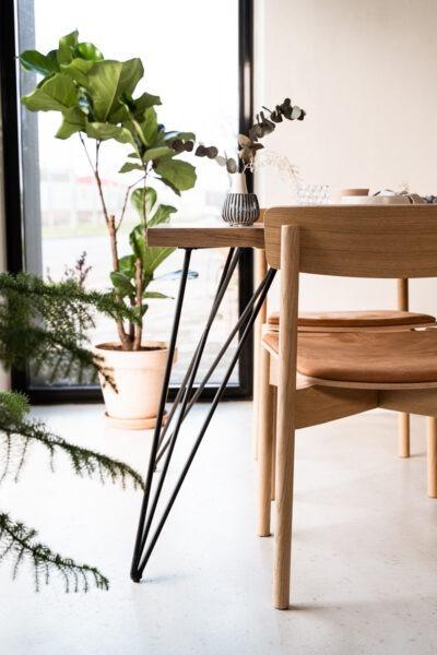 Lysolieret plankebord med sort stel i egetræ fra Træfolk