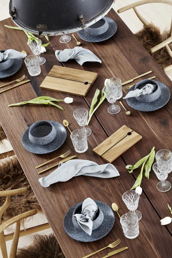 Flotte skærebræt i egetræ på et plankebord i valnød fra Træfolk