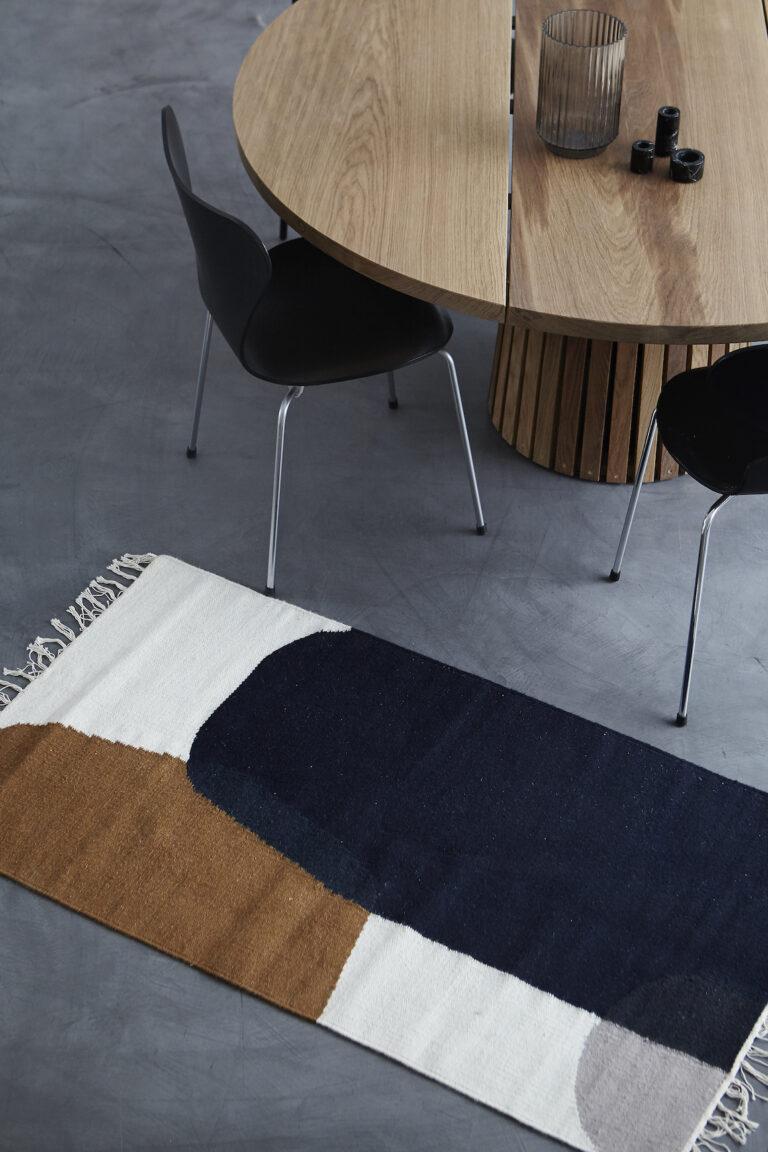 Rundt plankebord på betongulv