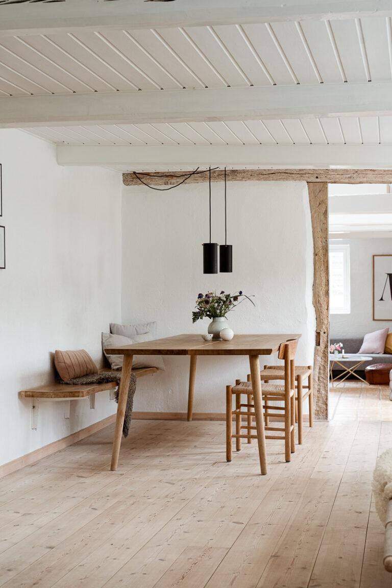 Lyst og let plankebord i massiv egetræ