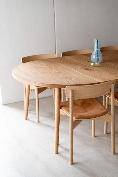 Tidløst og klassisk rundt plankebord med udtræk fra Træfolk