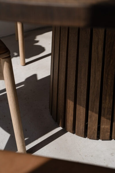 Rundt plankebord med lamelfod i unikt dansk design